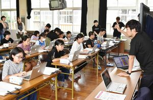 サイゲームスなどによる出前授業でプログラミングを体験する児童たち=伊万里市の大川内小