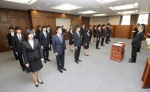 財務省の入省式に臨む新入職員。右端は矢野康治官房長=2日午前、財務省(代表撮影)