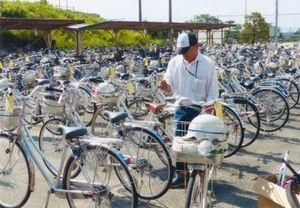 自転車を1台ずつ点検する大栄輪業の大隈昌裕さん=みやき町の中原中