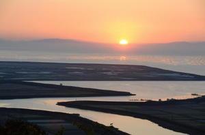 朝日に輝く有明海のノリ漁場(白石町の桜の里から撮影)