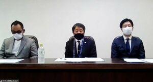 オンラインで経営状況について説明するサガン・ドリームスの福岡淳二郎社長(中央)ら経営陣