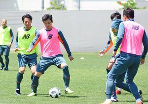 浦和戦に向けた練習でボールをキープするFW趙東建(中央)=10日、鳥栖市北部グラウンド