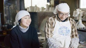 「陶芸家のごぼうびメシ」のプロモーションムービーで笑顔を見せる矢鋪與左衞門さん(右)と白須美紀子さん