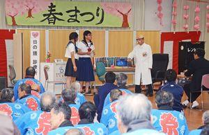 大きな笑い声がこだました吉野ヶ里にわか劇団の出し物=神埼市の佐賀整肢学園かんざき日の隈寮