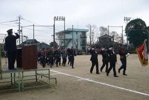 出初め式で分列行進を行う団員たち=昨年1月、鹿島市中川グラウンド