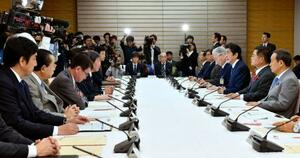 首相官邸で開かれた宇宙開発戦略本部の会合=18日午前