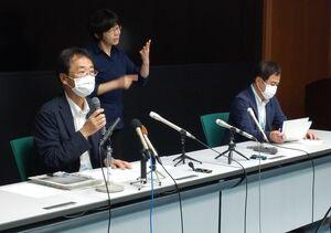 感染事例について説明する県の大川内直人健康福祉部長(左)=佐賀県庁