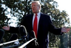 13日、ワシントンのホワイトハウスで記者団を前に話すトランプ大統領(ロイター=共同)