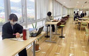 """武雄市は役所内の廊下などに机を設ける「庁内テレワーク」などを行い、感染を防ぐ""""密度半減""""を目指している=武雄市役所"""