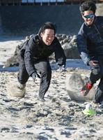 砂浜でトレーニングする西武の秋山=静岡県下田市