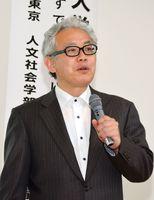国の外国人労働者政策の課題について講演する丹野清人教授=佐賀市の自治労会館