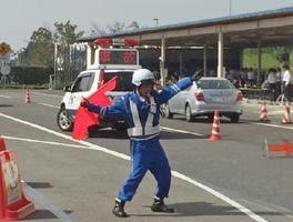 迅速で正確な事故処理の技能を競ったコンテスト=佐賀市大和町の佐賀高速道路事務所
