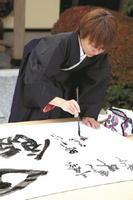 書をしたためる江島史織さん=川副町の「のり道楽」