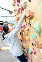 ボルダリングウォールを登る児童=伊万里市の立花公民館