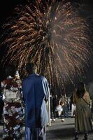 花火を目に焼き付ける若者たち=伊万里市黒川町の七ツ島地区