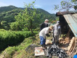 標高300メートルの中山地区。トタン屋根で囲んだ自家製の窯で年に数回、炭を焼く