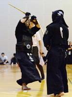 剣道男子個人決勝 相手のメンを攻める龍谷の谷口祥磨(左)=佐賀市の諸富文化体育館ハートフル