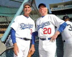 19日に亡くなったドン・サットンさん(右)=2013年6月、ロサンゼルス(AP=共同)