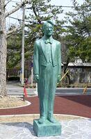 秋田市の市文化創造館の敷地内に建立された東海林太郎の立像=27日