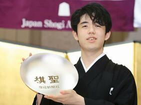 藤井聡太二冠、棋聖の就位式