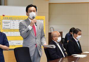 対策本部会議で発言する山口祥義知事(左)=21日午後、佐賀県庁