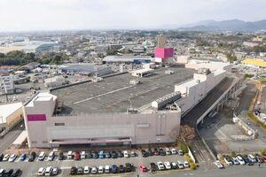 イオン九州から三養基郡上峰町に無償譲渡される旧イオン上峰店の建物=上峰町、2019年11月に空撮