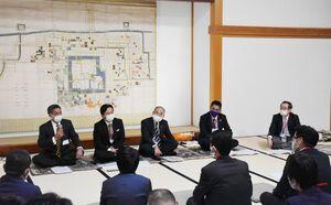 語る会で、歴史や伝統を生かしたまちづくりについて意見交換する出席者=佐賀市の佐賀城本丸歴史館