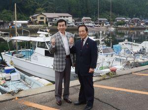 池田輝郎さん(左)と塚部芳和市長=伊万里市の波多津漁港