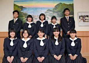 絵画を寄贈した佐賀清和高美術部のメンバー