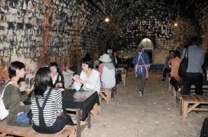 大窯の中は無料喫茶スペースとなっており、独特な風情の中で多くの来場者が涼んでいた=嬉野市の志田焼の里博物館