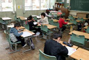 開放された教室でドリルを使って自習する児童=3日午前8時29分、杵島郡江北町の江北小