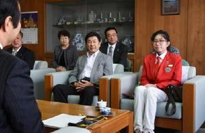 塚部芳和市長と歓談するヨーイーンホン・シオブハンさん(右)=伊万里市役所