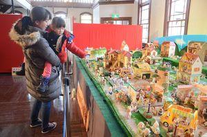 約400体の「シルバニアファミリー」による巨大な展示もある=佐賀市の旧古賀銀行