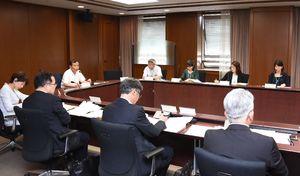 いじめ問題への対策などを協議した連絡協議会の会合=佐賀県庁