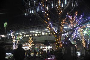 イルミネーションに彩られたJR唐津駅北口広場。写真はフィルター使用=唐津市