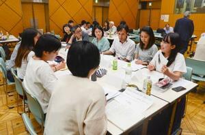 元徴用工問題などを討論する日本と韓国の若者=22日午後、東京都内