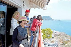 唐津城の天守閣から見える海や虹ノ松原に笑顔を見せる外国人観光客=唐津市東城内の唐津城
