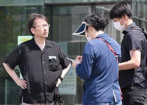 判決を受け、報道陣の取材に応じる原告団長の金本友孝さん(左)=福岡市中央区