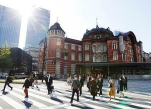 マスク姿で通勤する人たち=9日午前、東京・丸の内