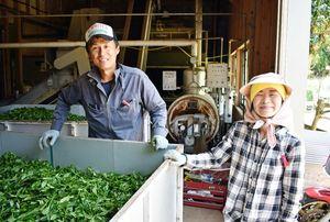 平島三夫さん(左)と佳子さん=伊万里市東山代町の日南郷