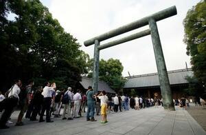 早朝から開門前の靖国神社に並ぶ人たち=15日午前、東京・九段北