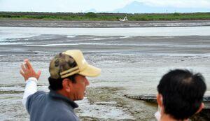 戸ケ里漁港近くの早津江川の中に堆積した土砂。黒っぽい部分は砂地とみられ、豪雨以前にはなかったという=22日夕の干潮時刻ごろ、佐賀市川副町