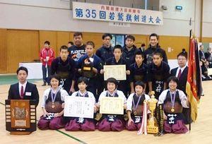 優勝を飾った神埼中女子と8強入りした同校男子の選手たち=兵庫県立武道館