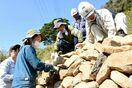 浜野浦の棚田で石積み講習 玄海町内の建設業者などが手法学ぶ