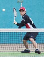雨の中、鋭いショットを打ち込む唐津西3年の松本陽奈=嬉野市のみゆき公園テニスコート