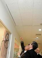 天井板の破損箇所を点検する検証委員会の委員=鳥栖市の学校給食センター