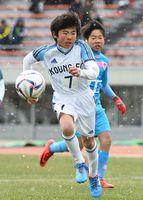 決勝・サガン鳥栖U-12-神野少年 雪が舞う中、懸命にボールを追う=佐賀市の県総合運動場陸上競技場