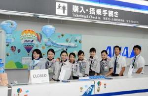 社員ら手作りのバルーンで飾り付けられた1階のANAカウンター=佐賀市の九州佐賀国際空港