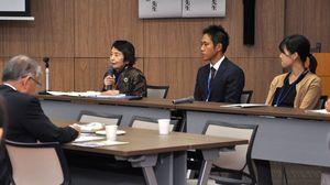 がん患者らが、がんと向き合う中で手にした一冊について話した集い=佐賀市の県医療センター好生館