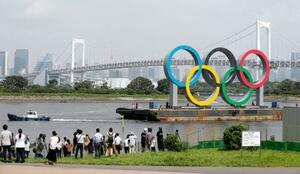一時的に撤去される五輪マークのモニュメント=6日午前、東京・お台場海浜公園